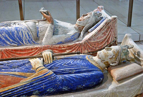 http://hoocher.com/Henry_II_of_England/Tombs_of_Henry_II_and_Eleanor_of_Aquitaine_in_Fontevraud_Abbey_Two.jpg